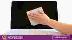 membersihkan layar laptop